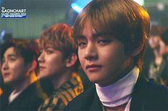 Vẻ mặt đểu đểu buồn cười của V (BTS) tại 'Gaon Chart Music Awards'