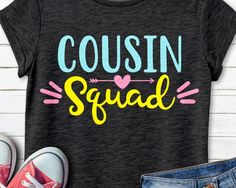 Source by vickylinskens Look t-shirt Cousins Shirts, Family Reunion Shirts, Kids Shirts, T Shirts For Women, Create T Shirt, How To Make Tshirts, Travel Shirts, Vacation Shirts, Beach Shirts