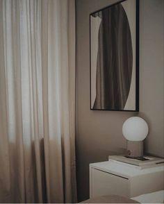 Letar du efter en nätt och trevlig bordslampa? Då rekommenderar vi denna godingen! Tar lagom mycket plats, är mjuk och enkel i färgerna och superfin 💡⭐️ Curtains, Home Decor, Velvet, Blinds, Decoration Home, Room Decor, Interior Design, Draping, Home Interiors