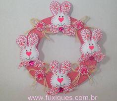 Guirlanda de juta decorada com coelhinhos de feltro, com botões de resinha. R$ 35,00