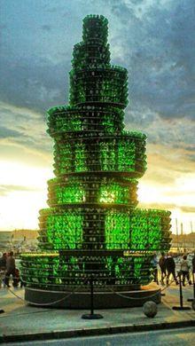 Gijón -Árbol hecho con botellas de sidra recicladas situado en el puerto deportivo