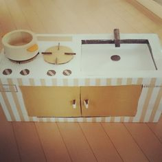 11380923 1132815710066564 1980406514 n Cardboard Kitchen, Cardboard Toys, Toddler Games, Games For Toddlers, Handicraft, Diy For Kids, Upcycle, Kids Room, Recycling