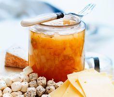 Ett enkelt och delikat recept på marmelad med päron och lime. Du gör päronmarmeladen av päron, lime, lagerblad och syltsocker. Fantastiskt gott att servera till ost och kex eller på rostat bröd!