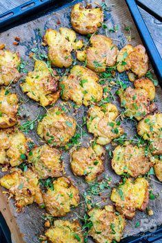 Smashed / krossad vitlökspotatis alt blomkål 6 k i l o . Veggie Recipes, Vegetarian Recipes, Healthy Recipes, Lchf, Parmesan Chips, Food Porn, Cottage Pie, Love Food, Food Inspiration