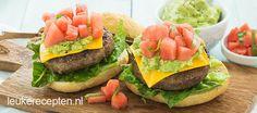 Verfrissende burger met kleine stukjes watermeloen en avocadopuree, lekker uit de pan of van de BBQ
