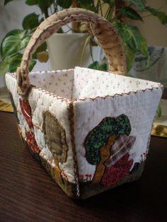https://flic.kr/p/9KS6bT   SAL-ISI-0172   Cesta de patchwork con appliqué japonés / Patchwork basket with Japanese appliqué. More photos at www.littlegreendoll.blogspot.com