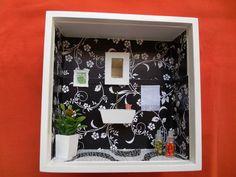 Nicho de banheiro feito em madeira MDF,pintado com tinta PVA,miniaturas de madeira MDF, pintadas à mão e envernizadas.Flores artificiais.Nicho encerado e com vidro de proteção. R$ 50,00