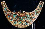 Золотое носовое кольцо инкрустированное бирюзой и хризоколлом. Культура: Моче (200 до 850 г. от Р. Х.)