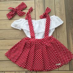 Set includes a bib made of tricoline, lese ciganinha and infant . - Mahima George Conjunto inclui jardineira feita com tricoline, ciganinha de lese e faixa infant. Set includes bibs made with tricoline, little skirt and children&Order contact Order c Baby Girl Frocks, Frocks For Girls, Little Girl Dresses, Baby Dresses, Toddler Girl Dresses, Toddler Girl Style, Baby Dress Design, Baby Girl Dress Patterns, Baby Dress Tutorials