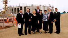 Elder Bednar y Esposa, Elder Waddell y Esposa, junto a Elder Alarco y presidente Turk y esposa Delante del Templo de Trujillo - Abr 2013 (Trujillo Peru Temple)
