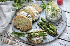 Vegan asparagus pancakes with fresh Spring Dip Vegan Asparagus Recipes, Veggie Recipes, Vegetarian Recipes, Veggie Food, Vegan Party Food, Spring Recipes, Fresh Rolls, Salmon Burgers, Food Photo