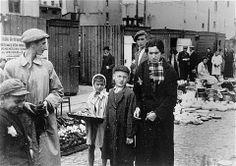 Niños indigentes del gueto de Varsovia, Polonia, 1941. El hambre mató a miles de judíos en los guetos en el este de Europa.
