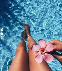 Trendy flowers photography artsy Informations About Trendy flowers pho Pool Photography, Photography Women, Photography Flowers, Photography Training, Artistic Photography, Beach Aesthetic, Summer Aesthetic, Pool Poses, Vibes Tumblr