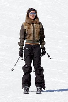 Does it come in black? Snow Fashion, Winter Fashion, Waterproof Breathable Jacket, Skier, Victoria Fashion, Snow Outfit, Winter Looks, Victoria Beckham, Girls