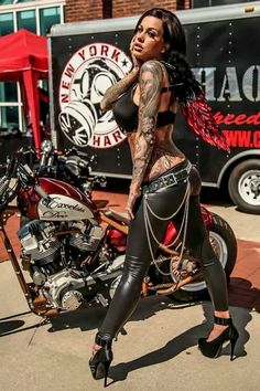 Heather Moss at Flight 913 Tattoo Expo Lady Biker, Biker Girl, Motos Bobber, Motard Sexy, Heather Moss, Chicks On Bikes, Ride Out, Motorbike Girl, Motorcycle Babe