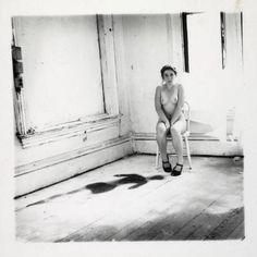 Francesca Woodman dando a impressão de que estava alguém morto perto dela, no meio de tanta luz até um bocado de escuridão pode aparecer, um bocado diferente das suas fotos habituais mas encontram-se semelhanças. Especialmente no preto e branco.