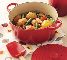 【肉じゃが】ル・クルーゼで作ればじゃがいもにしっかりと味がしみ込み、ほくほくの仕上がりに。彩りもあざやかな和食の定番メニューです。  http://www.lecreuset.jp/community/recipe/though-meat/