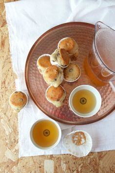 Des petits moelleux au citron et aux raisins, ça vous tente ? La recette est en ligne !  Little lemon and grapes cakes, anyone? The recipe is online! #recipe #pastry #muffins #lemon #teatime