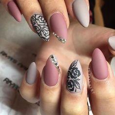 Идеальная женщина идеальна до кончиков ногтей. Об этом не устают повторять ведущие стилисты и мастера ногтевого сервиса. Современные материалы позволяют мастерам создавать на ноготках клиенток настоящие шедевры. Мы предлагаем Вам познакомиться с вариантами стильного, яркого, привлекательного маникюра, среди которых Вы сможете найти интересную идею для себя. Цветовая палитра Рассматривая актуальную цветовую палитру, можно увидеть, что …