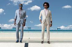 Da esquerda para a direita: Costume de linho Ricardo Almeida R$ 2.326 | Camisa Louis Vuitton R$ 2.560 | Óculos Web na Marcolin R$ 680 | Relógio Breitling for Bentley 6.75 R$ 33.750 | Pulseira de ônix e ágata Diferenza Uomo R$ 320 e de couro azul Bottega V (Foto: Franco Amendola)