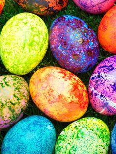 Dieses Jahr zeigst du allen, wo der Hase lang läuft! Diese originellen Nagellack-Designs für deine Ostereier sind der Hit! DIY: Ostereier färben mit Nagellack!