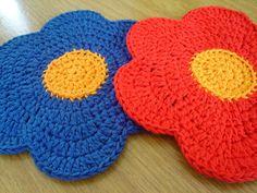 Uma encomenda.   .   .     Um presente.   .   .   .     São 'dishcloths' mas eu fiz pra pessoa   usar como 'coaster' pra apoiar caneca de...