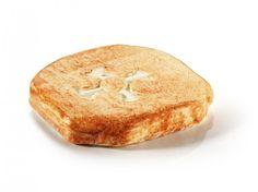 La galette des templiers : Marquée de la croix cathare, sa croute a une couleur orangée due à sa préparation à base de paprika et de marc de Bourgogne. Découvrez ce fromage doux et parfumé !