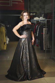 Outfit z predajne D'fashion je tou správnou voľbou na spoločenskú udalosť. Pani Blanke sme vybrali šaty s bohatou potlačou z ťažkého materiálu, ktorý dobre drží tvar a tak dokonale zvýrazní ženské krivky. Kožušinová štóla má mnohoraké využitie a vďaka nej si viete vyčarovať z jedných šiat razom dva modely. V prípade, že chcete byť za hviezdu večera zvoľte k takýmto šatám a štóle  ešte čierne dlhé rukavice.