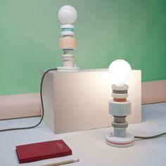 Lampe à poser MORESQUE - Motif Squared - céramique - H20 cm - Seletti Comme un patchwork lumineux, la lampe à poser en céramique Moresque attire l'œil par ses différentes douilles superposées les unes sur les autres. Chacune possède une taille et un motif différent, ce qui donne un esprit résolument vintage à ce luminaire design. La lampe à poser Moresque diffusera au travers de son ampoule mise à nue un éclairage efficace et durable grâce à son ampoule LED fournie.