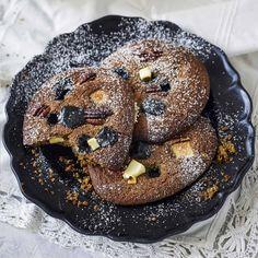 De här kakorna får smak av både lakritsgranulat och lakritskola. Bagel, Doughnut, Tart, Biscuits, Bread, Cookies, Desserts, Food, Crack Crackers