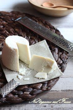RICOTTA SALATA  farla in casa è semplice! Ottima per condire un primo piatto ricco! Ricotta, Mozzarella, Cheese Recipes, Cooking Recipes, Cheese Cave, Sicilian Recipes, Best Cheese, Romanian Food, Cheese Platters