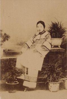 """Courtisane aux petits pieds, ca. 1890. Tirage albuminé monté sur carton, tampon """"collection Claustre"""" au dos. 13,4 x 9 cm"""