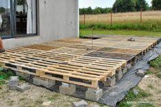 Mein windiger Hügel: DIY – Terrasse mit Paletten – My windy hill: DIY – terrace with pallets – Pallet Patio Decks, Pallet Porch, Diy Deck, Pallets Garden, Diy Patio, Palet Deck, Budget Patio, Pallet Fence, Sloped Backyard