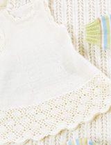 Vauvan klassikkosetti sisältää sekä valkoisia että värikkäitä neuleita. Tytön valkoisessa bolerotyyppisessä vauvannutussa ja mekossa on virkattuja yksityiskohtia. Vihreät housut ja raidallinen pusero sekä myssy sopivat pojille. Valkoinen peitto on kaunista pitsineuletta. Valkoinen body sopii sekä tytölle että pojalle. Koko: (3) 6 kk (1) 2 (4) v. Mitat: Vartalonympärys: (44) 47 (51) 55 (60) cm Pituus: …