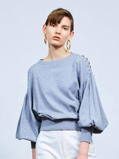 ふっくらとしたスリーブにより、レディな要素をミックスしたニットプルオーバー。袖先と裾をリブ編みできゅっと絞ることで膨張を抑え、シルエットにメリハリをつけたのがポイント。マンネリコーデをブラッシュアップしたいときや、外しの効いたスタイリングを楽しみたいときにオススメです。※商品画像はサンプルのため、色味やサイズ等の仕様に変更がある場合がございますので、予めご了承ください。