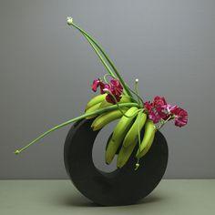 Fun use of fruit in an arrangement! Avec pois blancs ou orchidée