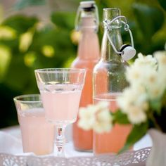 Koka din egen saft med smak av rabarber, lime och kanel. Party Food And Drinks, Fun Drinks, Cold Drinks, Beverages, Chutney, Ketchup, Swedish Recipes, Summer Drinks, Milkshake