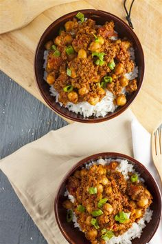 These Spanish chorizo and chickpea bowls are vegan and so easy to make Vegan Recipes, Cooking Recipes, Bean Stew, Meat Substitutes, Chilis, Chorizo, Chana Masala, Bowls, Spanish