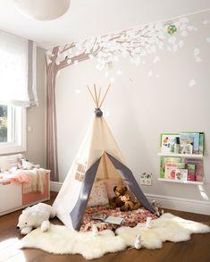 00469105 Ob. zona de juegos con tipi en dormitorio infantil con árbol pintado_00469105 Ob