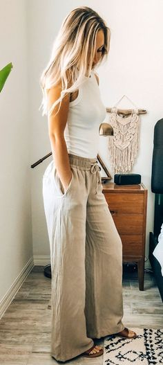 Summer outfits - White top and grey pants boho style Fashion Mode, Look Fashion, Womens Fashion, Boho Fashion Over 40, Fall Fashion, Fashion Basics, Bohemian Fashion, Bridal Fashion, Fashion Black