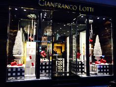 Gianfranco Lotti - Rue S. Honoré - Paris -  Christmas window display 2014 -  Visual merchandising - red color and stylized white tree -  Theme : Christmas Time in Boboli garden ( Pitti palace in Florence )