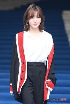 Seoul Fashion Week: Luna f(x) mặc như đi tập gym, makeup già như cô của Wendy (Red Velvet) dù chỉ hơn đúng 1 tuổi