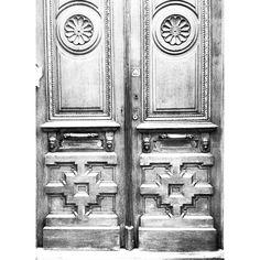 Ding dong ditch #brussels #bruxelles #belgium #belgique #ixelles #elsene #brusselsarchitecture #bxl #instabxl #door #porte #decor #intricate #fun #heads (at Rue Florence, Ixelles)