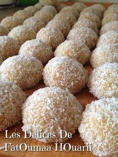 Boule de noix de coco - Ideas (i will organize this once school is over) - Coconut Balls, Coconut Cookies, Arabic Sweets, Arabic Food, Cookie Recipes, Dessert Recipes, Delicious Desserts, Fancy Desserts, French Macaroon Recipes