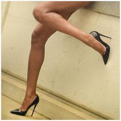 If the footprint shows your entire foot, then you are said to have a flat arch or a low arch. With this arch type; the inner side of the foot is not well supported. Black Stiletto Heels, Pink High Heels, Black High Heels, Nylons Heels, Pumps Heels, Stilettos, Killer Legs, Sexy Legs And Heels, Women Legs