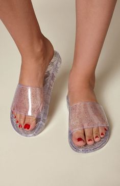 Make a cute and quirky style statement this season with the Glitter Jelly Slide Sandals by Kirra. These bold slides feature a glittery jelly design and a comfortable fit. Flat Sandals Outfit, Bling Sandals, Fashion Sandals, Cute Slides, Jelly Slides, Pool Slides, Glitter Slides, Glitter Jelly, Jelly Sandals