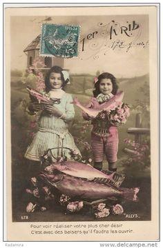 """Carte Postale Ancienne """"1 avril - Les filles avec des poissons"""" 1911 France."""