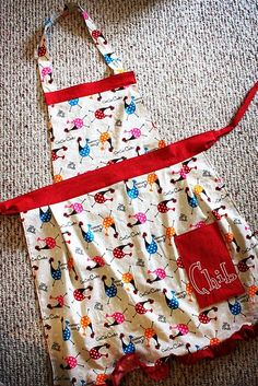 Ideas sewing aprons bee crafts for 2019 Child Apron Pattern, Apron Pattern Free, Sewing Patterns Free, Free Sewing, Retro Apron Patterns, Vintage Apron Pattern, Fabric Patterns, Dress Patterns, Sewing Projects For Beginners
