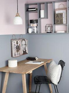 Escritorio en madera, silla negra y pared pintada en dos colores