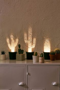 Pop-Up Cactus Light: Plants might be too much responsibility for you, but what a. - Pop-Up Cactus Light: Plants might be too much responsibility for you, but what about the illusion o - My New Room, My Room, Retro Home Decor, Diy Home Decor, Lampe Cactus, Cactus Light, Cool Dorm Rooms, Cactus Decor, Cactus Cactus
